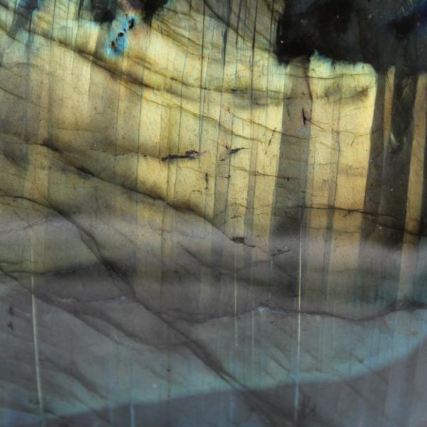 Labradoriet met gele reflecties gepolijste vrije vorm
