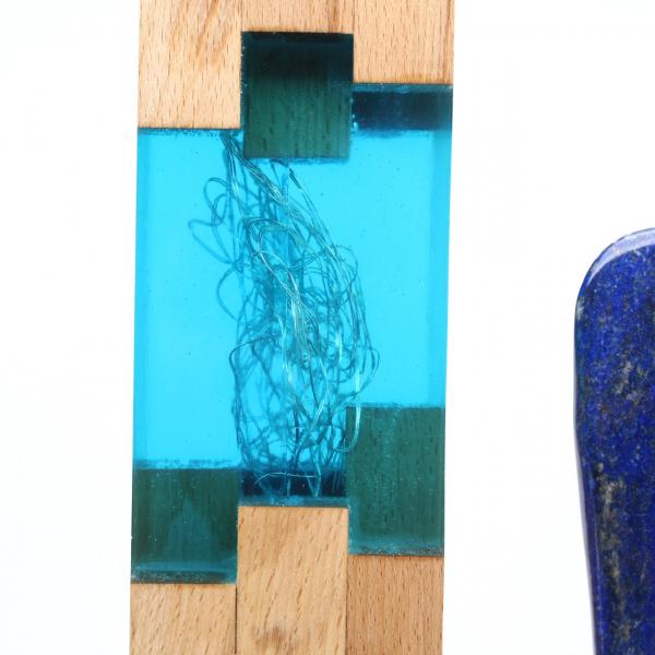 Lamp in hout en hars met grote lapis lazuli steen